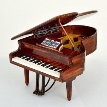 Mini pianoforte a coda marrone